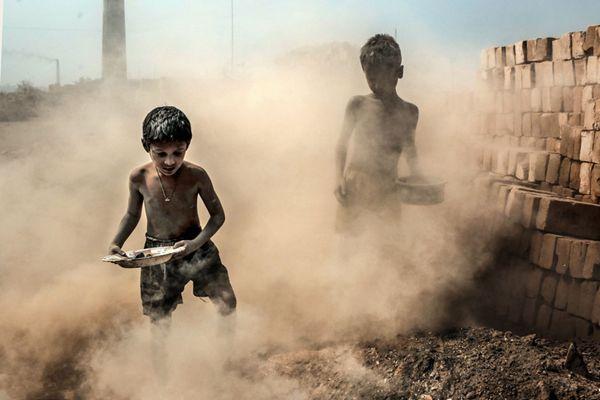 孟加拉国儿童在砖厂打苦工 悲惨境遇令人揪心