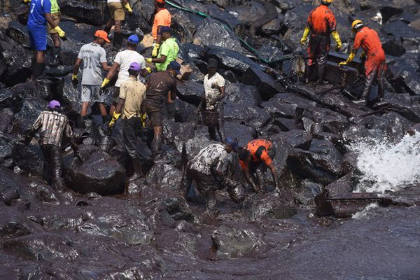 印度撞船漏油20吨 清理工作艰难进行