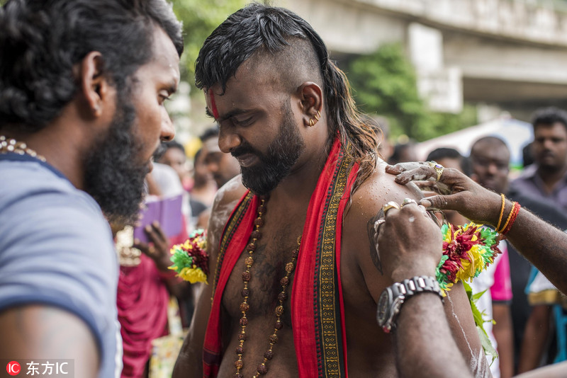 马来西亚印度教徒庆祝大宝森节 肉身穿刺画面惊悚