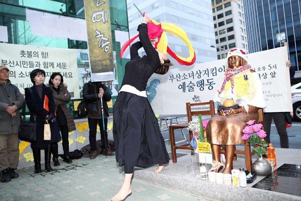 韩国艺术家少女铜像前跳舞 不满文艺界黑名单