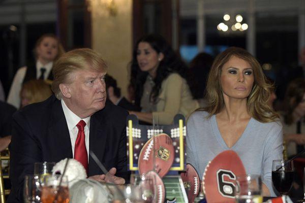 特朗普夫妇出席超级碗派对 梅拉尼娅一身休闲装扮现身