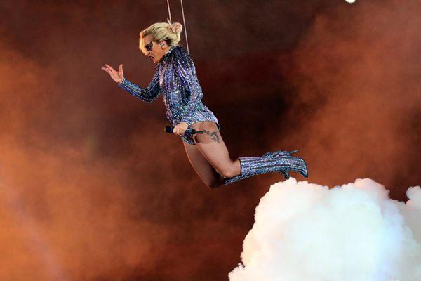 """""""美国春晚""""超级碗中场秀:lady Gaga从天而降!"""
