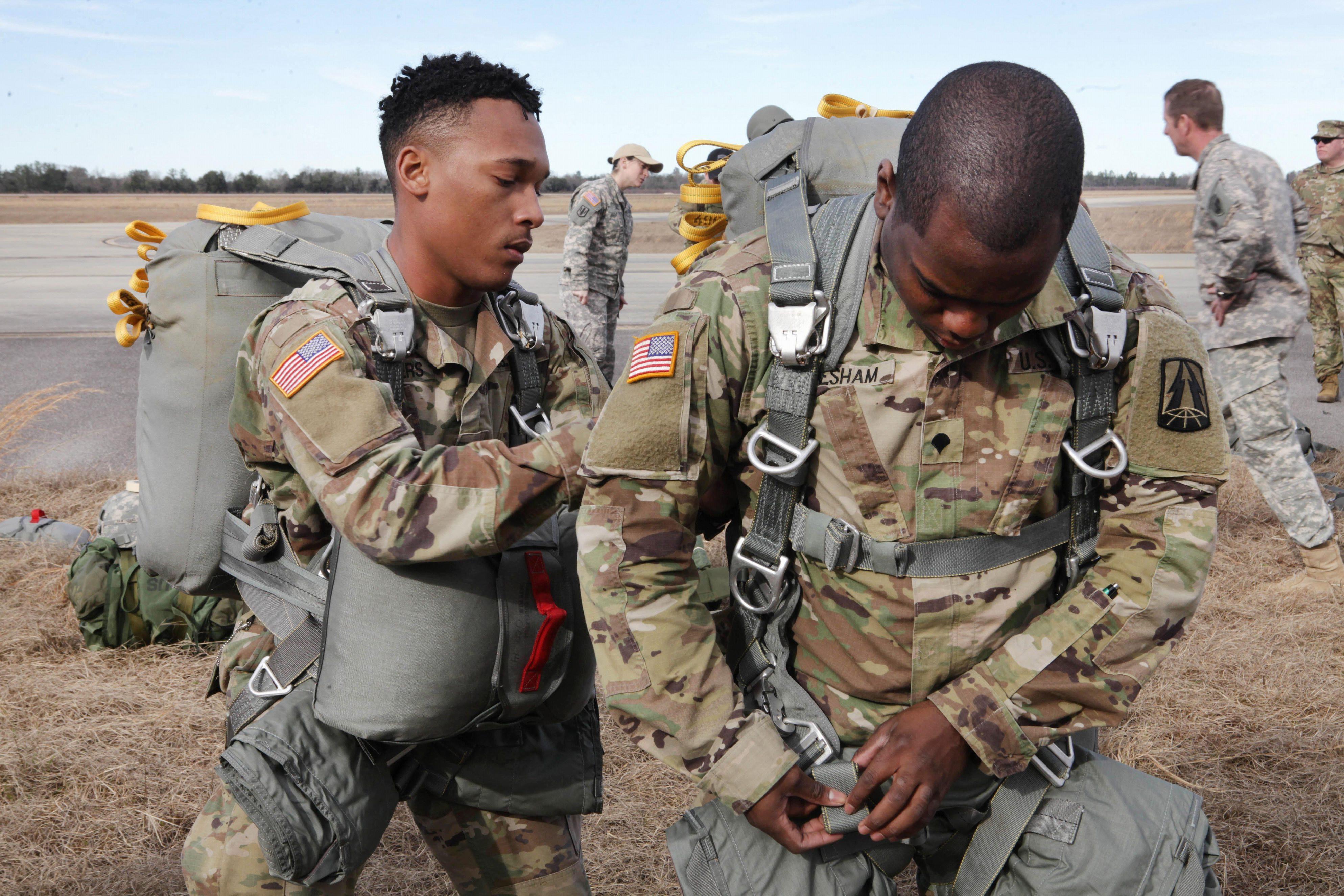 可以看到美军训练跳伞的步骤.