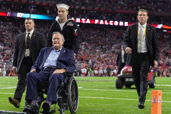 第51届超级碗:前总统老布什与夫人到场观战