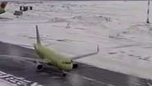 俄客机跑道降落打滑旋转险撞上另一架飞机
