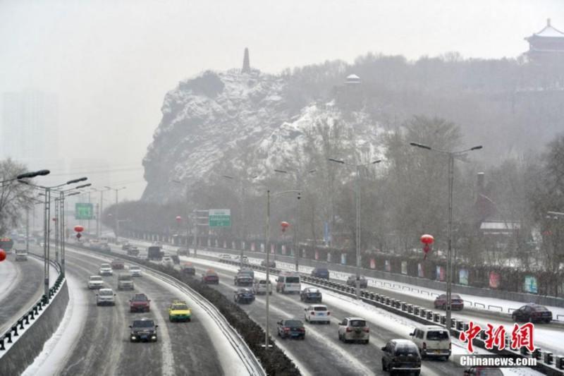 乌鲁木齐市西大桥远望红山公园,雪景独好.
