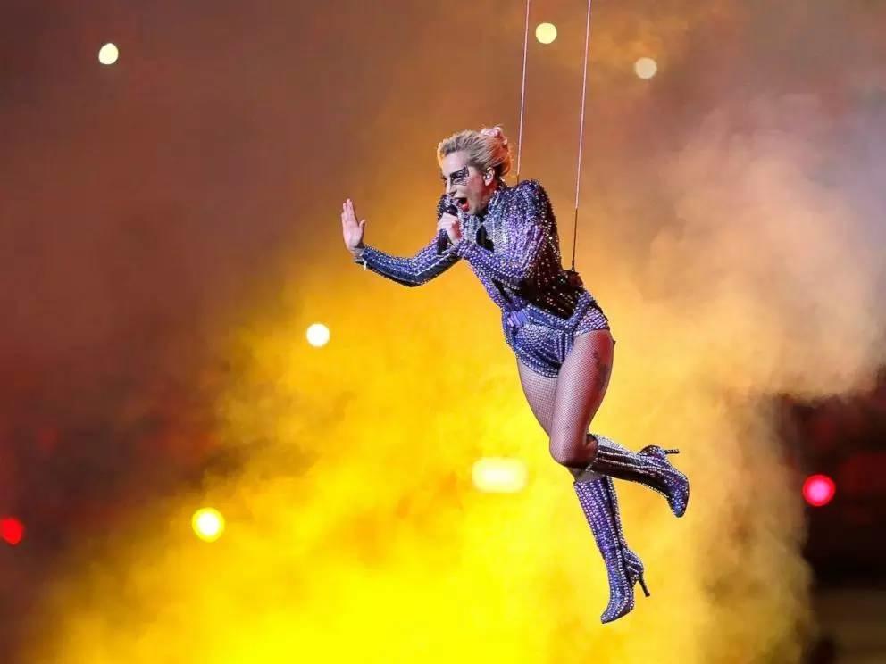 Lady Gaga燃爆美国春晚!从屋顶一跃而下,500无人机伴舞,还把麦扔了