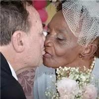 早观世界   106岁老妇与66岁男伴一见钟情浪漫订婚