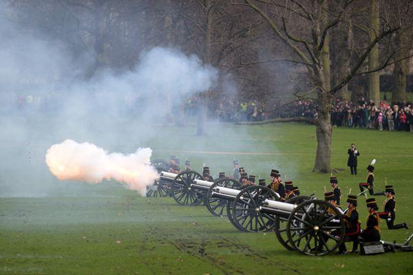 英国女王登基65周年 皇家炮兵鸣41响礼炮