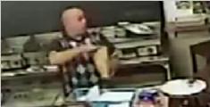 新西兰男子蒙面持枪抢劫 遭无视后默默离开