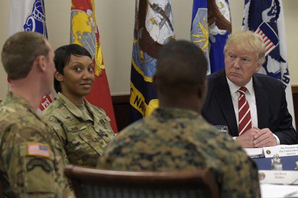 特朗普视察麦克迪尔空军基地 与士兵共进午餐其乐融融