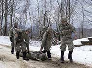 美军演练急救把伤员拖着走