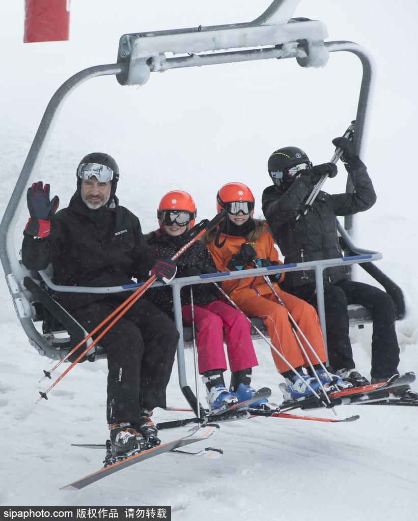西班牙王室一家四口滑雪 王妃微笑迷人