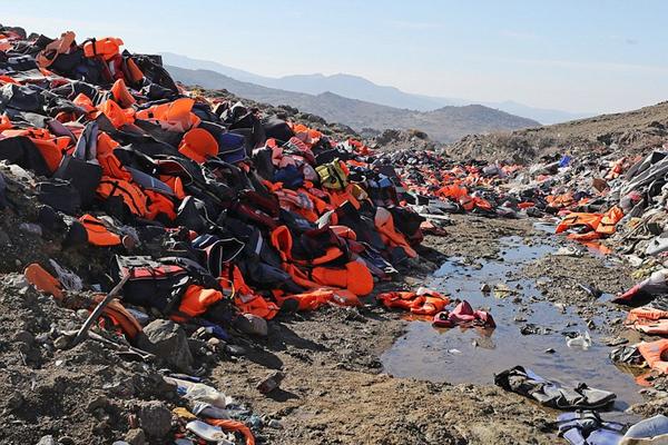 致命救生衣!希腊海岛伪劣救生衣堆积如山