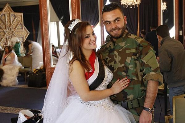 叙利亚停战后30对新人身披国旗举行集体婚礼