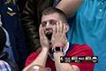 詹皇神奇扳平3分引爆现场和网络 球迷现夸张表情