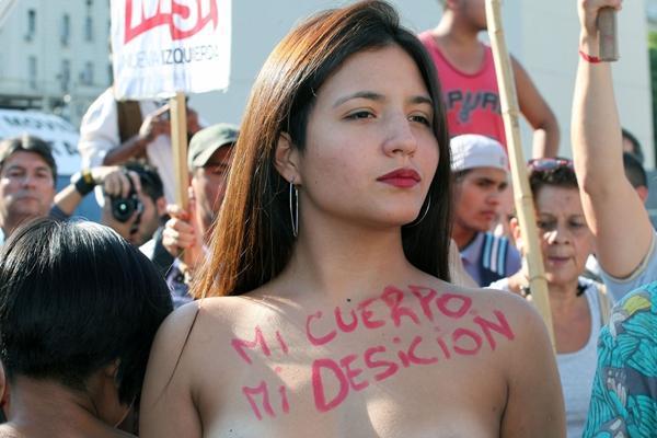 """阿根廷妇女""""无上装""""示威 要求平等和妇女权利"""