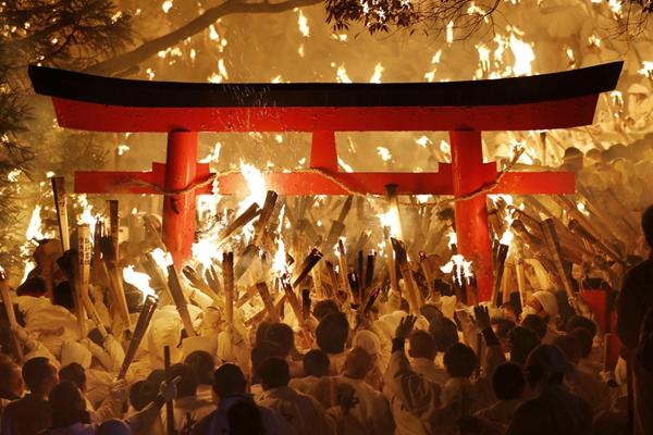 日本和歌山县举办火节 2000名男子穿白衣举火把游行