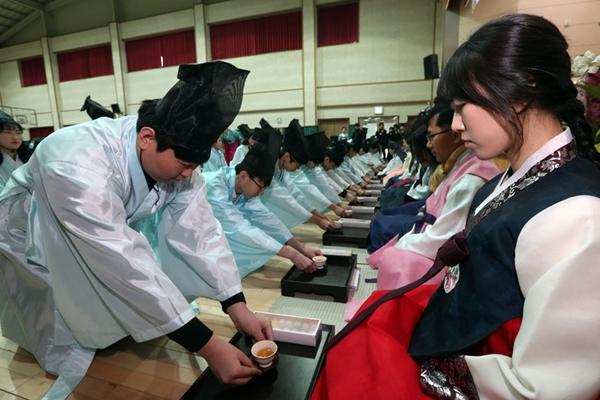 韩国毕业学生跪谢师恩 身着韩服奉上热茶