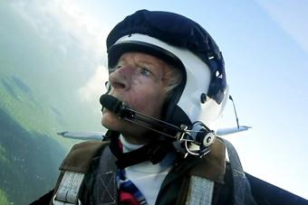 二战女兵乘战机庆祝百岁生日