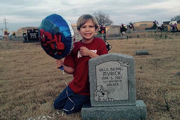 感人!美5岁小男孩在孪生兄弟墓前分享幼儿园故事