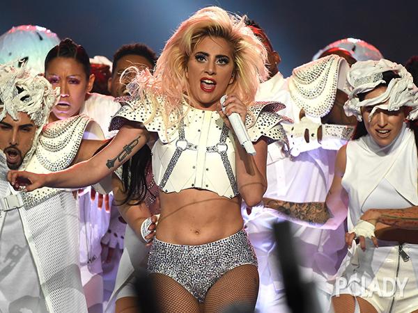 Lady Gaga登陆美国春晚 钻石眼妆high爆超级碗