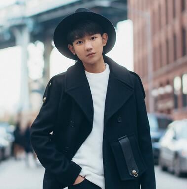 王源纽约街拍曝光 精致感展别样时尚魅力图片