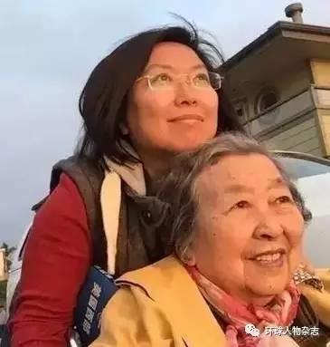 近10年推坏5把轮椅,这对姐妹带着老年痴呆的母亲环游世界…