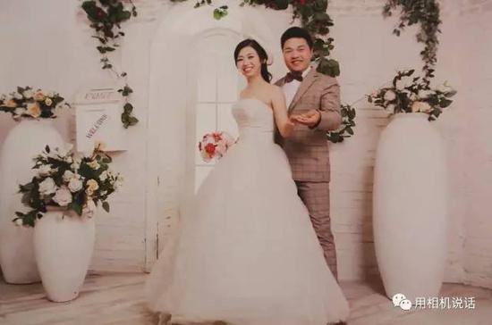 """儿时的高天、高林""""婚纱照""""  男孩儿穿着白衬衫,打着红色的蝴蝶结,女孩儿穿着黄色带花的连衣裙,两人摆出各式各样的姿势,在镜头里""""甜蜜相伴""""——每次看到19年前的这组""""结婚照"""",高天、高林都露出幸福的微笑。2月5日(农历正月初九)这天,效仿当年的甜蜜姿势,高天、高林在家人的帮助下,重新拍下了一组照片。这次,虽然二人身着便装,也没有华丽的背景,但对他们来说却有着特殊的意义。  高天的妈妈黄萍告诉笔者,19年前,高天、高林两家都经营照相馆生意。一家在盐山韩集镇,一家在盐山千童镇。由于两家私交甚好,一次,双方家长突发奇想,让5岁的高天当小""""新郎"""",4岁的高林当小""""新娘"""",拍了一组儿童""""结婚照""""。照片洗出来后,两家都被孩子们天真、可爱的表情逗乐了,并各自将照片保存了起来。  高天8岁那年,随父母搬家到盐山县城。之后的十多年间,两个儿时的玩伴""""相忘于江湖"""",且始终没有见面。期间,两家父母一直保持着联系。2014年农历腊月二十七下午,高天的父亲高文利带高天到千童镇西街看望高林的父母。正巧,高林也刚回家。两家相聚,谈起了两个孩子当年的""""结婚照""""。高林的父母拿出相册给大家看,因为两家都有这相册,高天、高林对这组照片并不陌生。只是由于好多年没见面,彼此眼中的""""真人""""却显得有些陌生。好在,年轻人见面陌生感很容易消失——从儿时的""""结婚照""""开始,高天、高林相谈甚欢。  高天、高林的""""婚纱照""""  由于性格相投,两家关系又很好,重逢后的高天、高林成了朋友,联系也越来越多。交往中,他们与对方的情愫悄然而生。那时,高天在廊坊工作,高林在天津工作,虽然彼此身处异地,却没有阻挡爱情的发展。作为男士,高天主动""""出击"""",打电话、发信息、QQ聊天、去天津见面、送手机、送玫瑰……二人经过热恋定下了终身。  如今,高天、高林已正式结为夫妻。对于彼此之间的缘分,他们更多了一分珍惜。高天说:""""当年的照片和今天的结合,是一种巧合,也是一种缘分。照片背后,是我们之间的感情和两个家庭的和谐,这是永远值得珍存的财富。"""""""