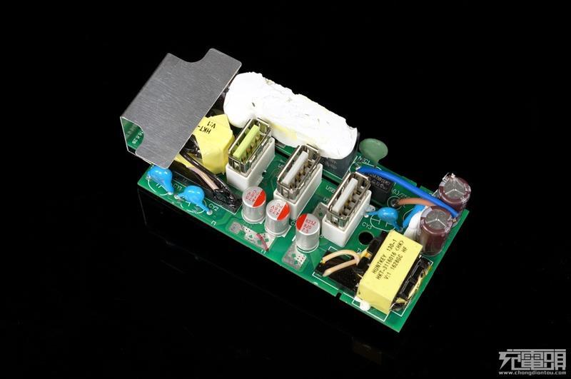 黑色x电容配合共 模电感, 组成一级emi滤波电路,防止开关电源工作的