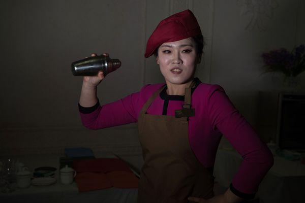 朝鲜举行全国烹饪大赛 美女调酒师亮相