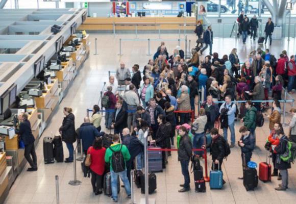 德国多地机场罢工 柏林上百航班被取消