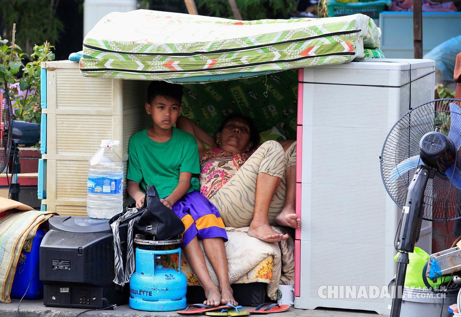马尼拉大火致数千人无家可归 废墟中寻