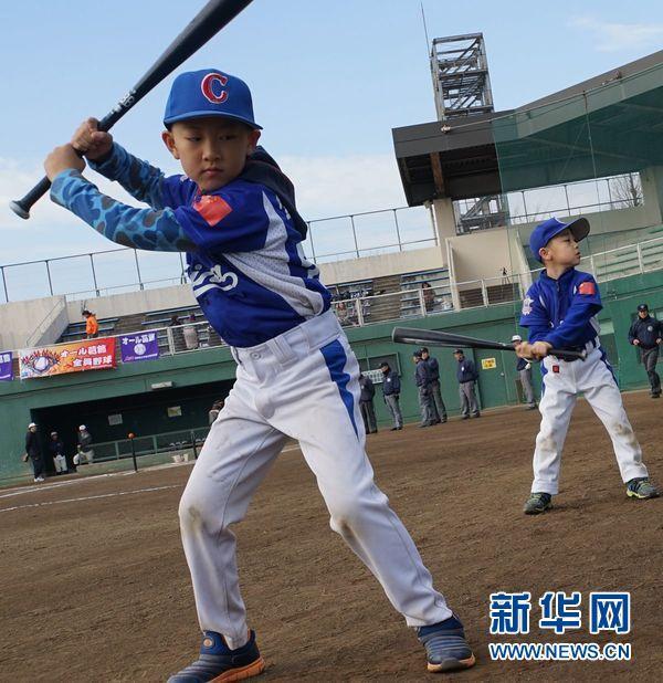 中日少年棒球俱乐部进行交流比赛(组图