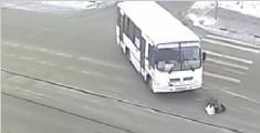 监拍俄大妈遭巴士撞倒 起身与司机拥抱后离开