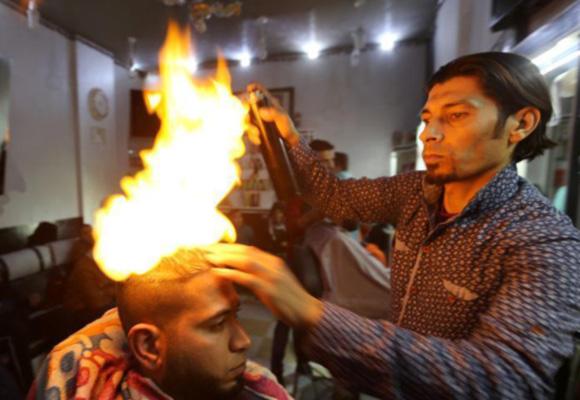 厉害了!巴勒斯坦理发师身怀绝技 用火做造型