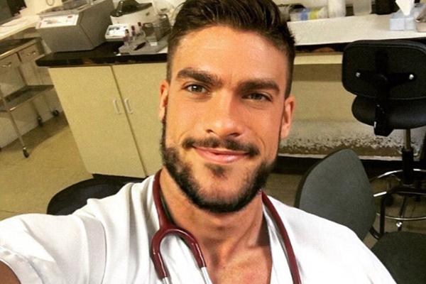 西班牙一男护士长相俊俏身材健美成网红