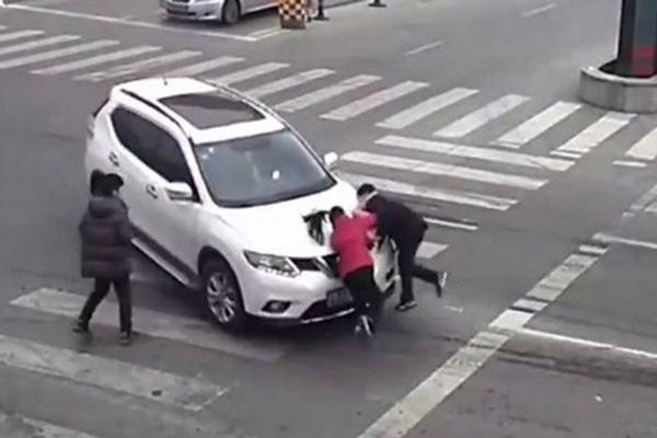 女司机开车撞飞女童 8次事故3次撞人