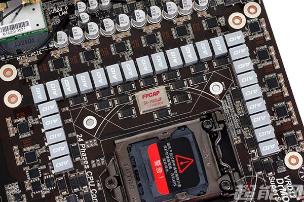 没有10相以上供电的主板都不好意思说自己的高端产品 因此显卡与主板上都需要采用多相供电的方式,来分摊每一路供电的负载,以维持供电电路的安全和发热量的可控性,部分中高端产品甚至引入了供电相数动态调节的技术,在负载较低是关闭部分供电电路,在CPU或GPU的负载提高时再自动打开,这样既可以满足高负载时的供电需求,也可以在低负载时起到进一步节能的作用。 免责声明:本文仅代表作者个人观点,与环球网无关。其原创性以及文中陈述文字和内容未经本站证实,对本文以及其中全部或者部分内容、文字的真实性、完整性、及时性本站不作