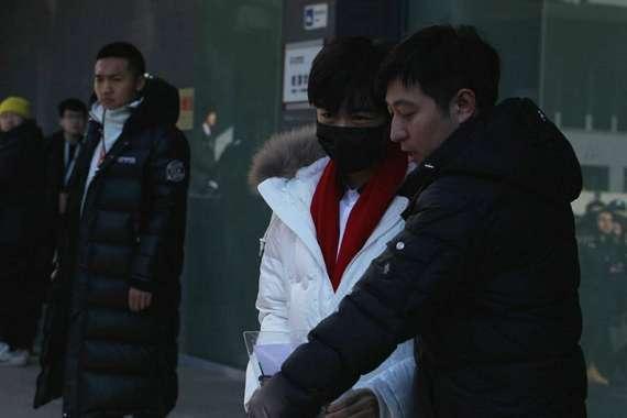 王俊凯北电初试后离开表情轻松 称发挥不错