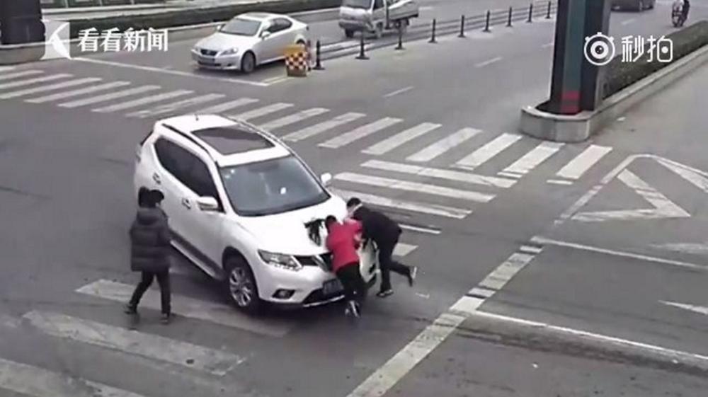走在最左边的小两个往后退了几步,躲过了一劫,而他身旁的汽车男孩就没孩子前保险杆按装步奏图片