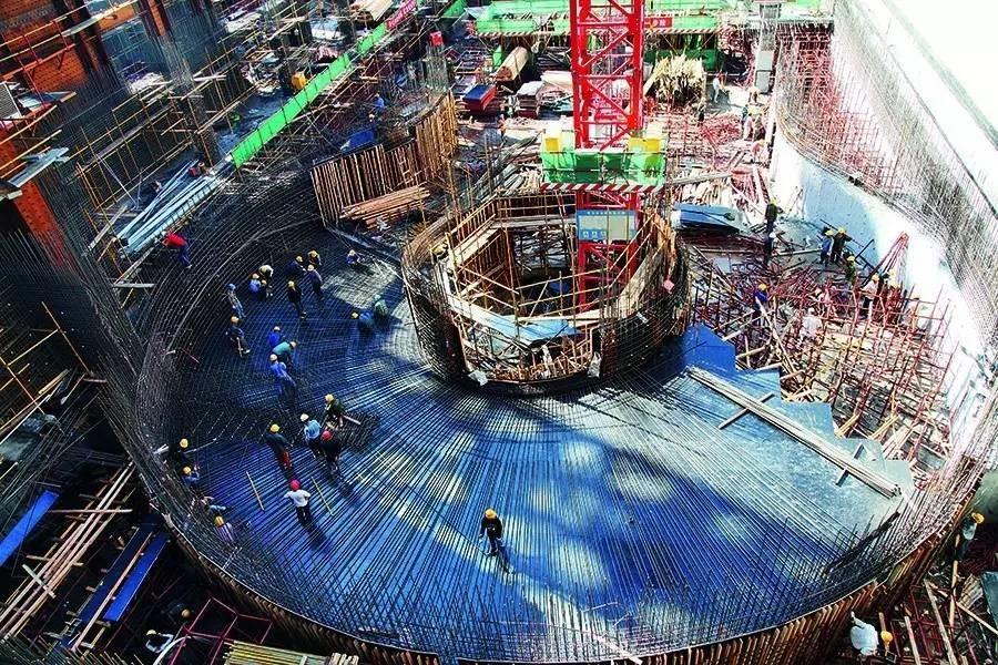 据中国尊大厦项目执行总工许立山介绍,这座由中建三局特别为建造超高层建筑而研发的顶升平台可以覆盖中国尊7层半的高度,其中,4个半楼层的空间可供钢结构、土建、机电三个工种的数百名工人同时进行各自的工作:最上面两层专门进行钢结构的吊装和焊接,第三层用来进行钢筋绑扎,支设模版,浇筑混凝土,第四层则是对已完成的混凝土结构进行最终的修整,比如拆卸对拉螺杆、修复清理混凝土等。在顶生平台的夹层中,装有建造过程中所需的很多工具设备,如混凝土布料机以及电焊机,而在平台上方,还站着两台自重300多吨的吊车。   在四个