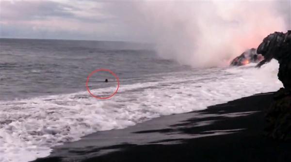 1000度岩浆流入海水:男子一旁淡定游泳自拍