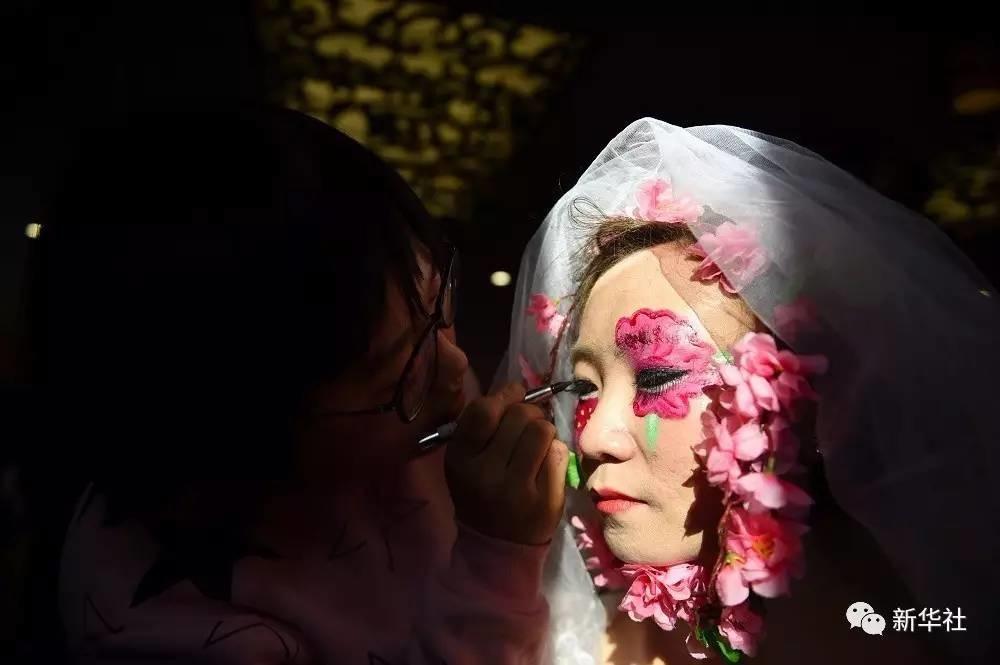 视界 | 新华社每日图片精选:樱花茶园美如画
