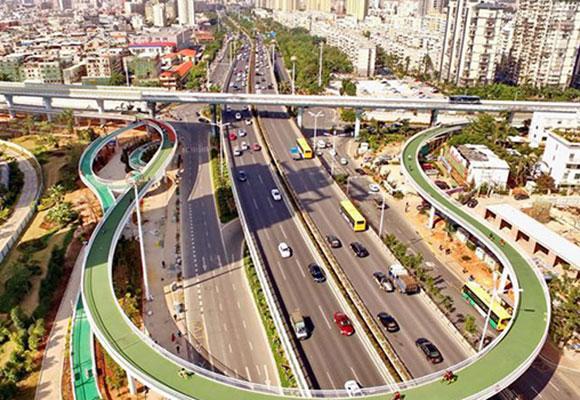 中国首条空中自行车道试运营 民众感受空中骑行