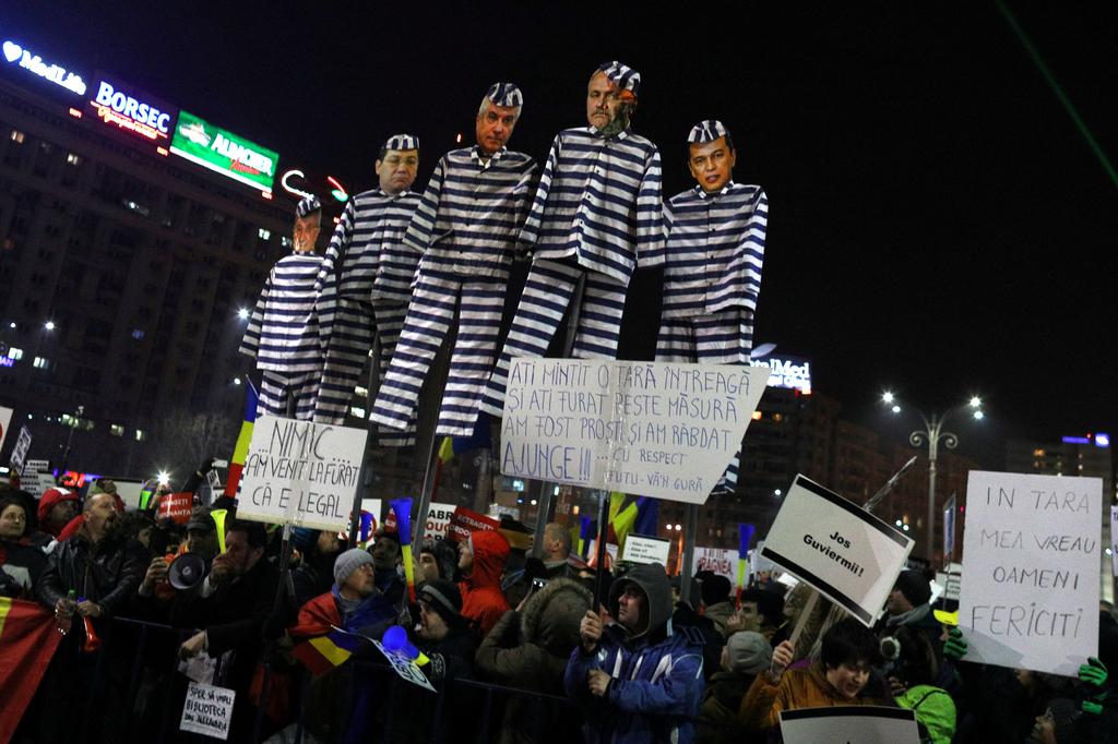 罗马尼亚民众持续抗议 要求总统下台