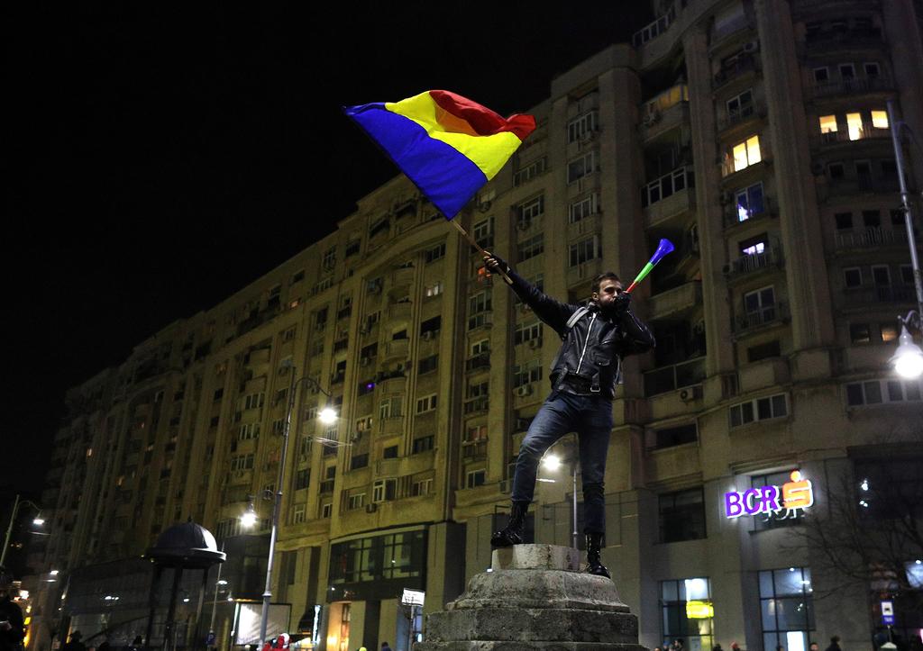 罗马尼亚时间_当地时间2027年2月10日,罗马尼亚布加勒斯特,民众在政府大楼前持续