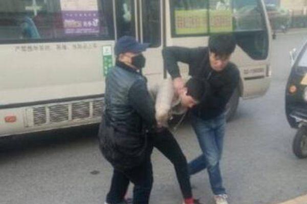 陕西少年指认小偷 被拉下公交车群殴