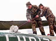 看陆航部队如何清理直升机积雪