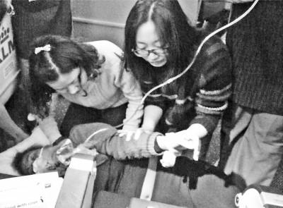 外籍女子飞机上晕倒 河南乘客跪地救人后女子脱险